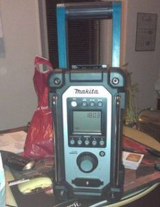 test radio de chantier Makita BMR102